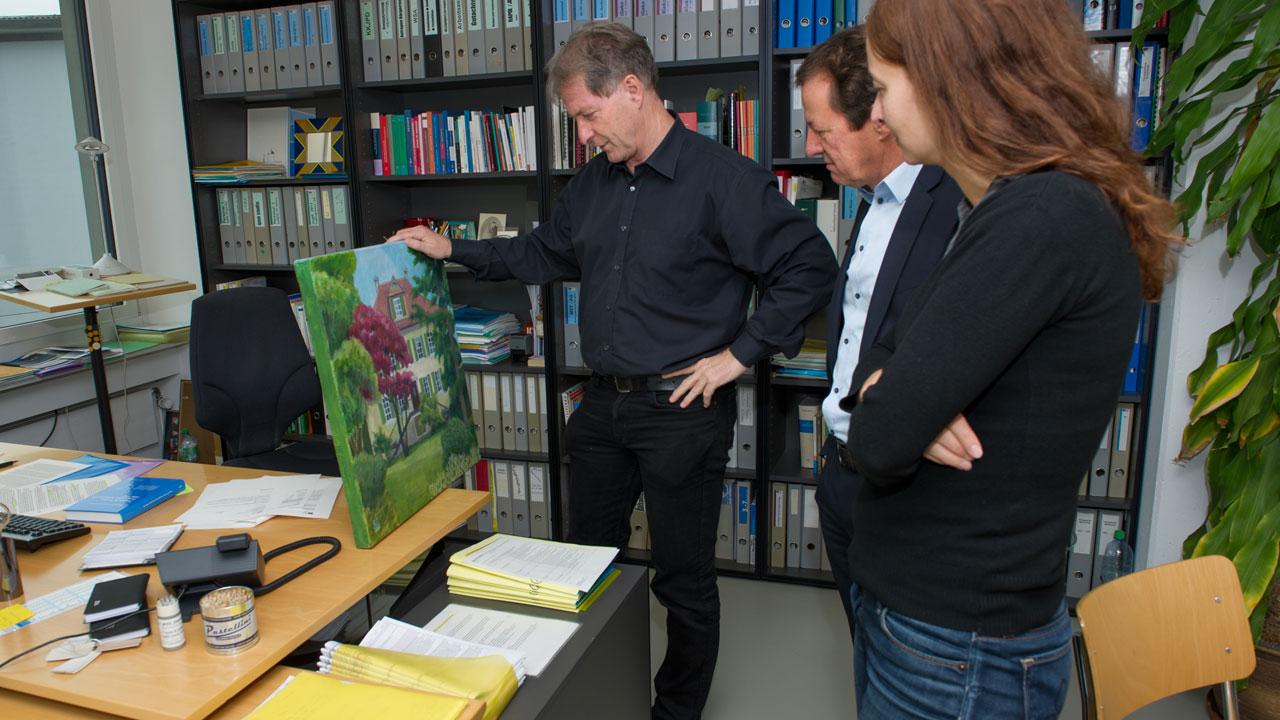 Hans Melliger  mit einem seiner  Hobbies: nicht das  Bild, sondern das  Haus mit Garten